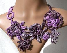 Collier fleurs au crochet en pur coton violet par KazamarieDesigns, €34.00