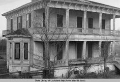 Hall plantation home in Simmesport, Louisiana.White Hall plantation home in Simmesport, Louisiana. Old Southern Homes, Southern Plantation Homes, Plantation Houses, Southern Style, Old Buildings, Abandoned Buildings, Abandoned Places, Abandoned Plantations, Louisiana Plantations