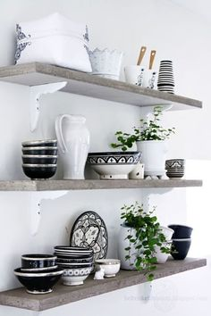 black and white dishes & open shelving Kitchen Interior, New Kitchen, Kitchen Decor, Kitchen Shelves, Interior Livingroom, Kitchen Things, Corner Shelves, Kitchen Paint, Kitchen Stuff