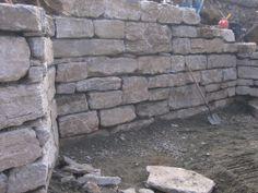 Un mur en pierres réalisés au Québec par Maxhorti, entreprise spécialisée en aménagement paysager. #Landscaping