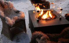 Happy Cocooning vuurtafel - Deze stijlvolle, teakhouten vuurtafel van Happy Cocooning past op elk terras en in iedere tuin! De Cocoon table is een vuurtafel, voorzien van een ingebouwde gashaard. De RVS-brander van deze haard wordt mooi gecamoufleerd door de meegeleverde houtblokken en lavastenen waardoor het vuur op een echt houtgestookt haardvuur lijkt. En het grote voordeel is dat u geen last heeft van rook of rondspringende vonken! Bekijk snel alle informatie en de bijbehorende prijzen!