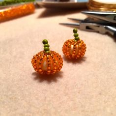 Jewelry Making Beads Learn to make tiny beaded pumpkins in under a half hour - Learn to make tiny beaded pumpkins in under a half hour Halloween Beads, Halloween Earrings, Halloween Jewelry, Halloween Stuff, Wire Crafts, Bead Crafts, Jewelry Crafts, Fun Crafts, Raw Stone Jewelry