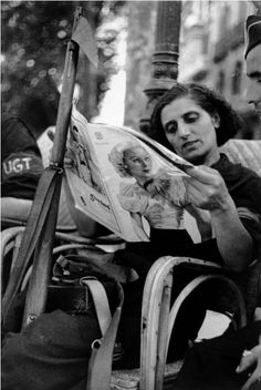 Anti-fascist Militia Woman Taking a Break, Barcelona, Spanish Civil War, 1936 // Robert Capa Henri Cartier Bresson, Liberation Of Paris, First Indochina War, People Reading, New Museum, Magnum Photos, Women In History, Best Photographers, World War Ii