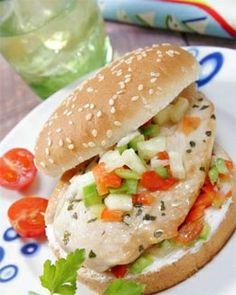 Hamburguesa de pollo y quesitos NGREDIENTES: Dos pechugas fileteadas. 3 quesitos light 2 cucharaditas de ajo en polvo 1/2 Media cucharadita de orégano 1 pizca de pimienta 1 pizca de nuez moscada 1 pizca de canela Unas hojas de perejil (bastante) 1 cucharadita de sal Por supuesto ...sin el pan!! :(