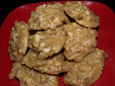 PRALINES - A New Orleans Favorite Candy: Ingredients: cups whole milk cups light brown sugar cups sugar cups pecans, lightly chopped 4 ounces real butter 2 teaspoons vanilla extract OR 2 teaspoons maple extract pinch salt Creamy Pralines Recipe, Praline Recipe, Candy Recipes, Dessert Recipes, Desserts, Pecan Recipes, Holiday Recipes, Holiday Snacks, Holiday Parties