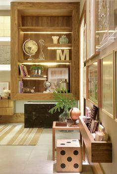 Detalhes arrumação estante de um quarto de casal super aconchegante, por Mariah Cardoso. Confira o projeto completo no site.
