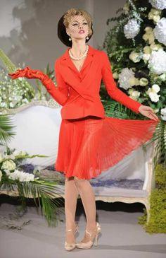 Christian Dior: Paris Fashion Week Haute Couture A / W 2009/10 - Runway Basta olhar para os chapéus ... as cores vibrantes ... a innerwear como outerwear ... e maravilhe-se com a homenagem de Dior designer de John Galliano para a década de 1950.