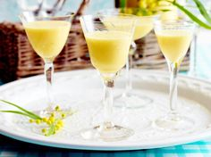 Maracuja-Likör selber machen - so geht's For passion fruit liqueur you need only 5 ingredients that St Patrick's Day Cocktails, Cocktail Drinks, Vegan Breakfast Recipes, Vegan Recipes Easy, Diet Drinks, Alcoholic Drinks, Pancake Roll, Cream Liqueur, St Patricks Day Food