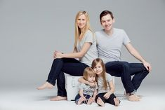 Family Photo Studio, Studio Family Portraits, Family Portrait Outfits, Family Portrait Poses, Family Portrait Photography, Family Posing, Family Outfits, Family Photographer, Photography Poses