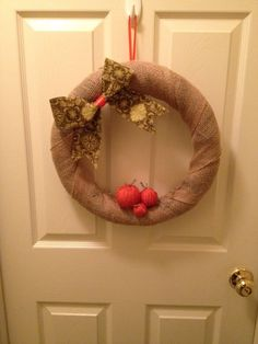 Cute fall wreath made from a pool noodle! The baby pumpkins are yarn! DIY decor