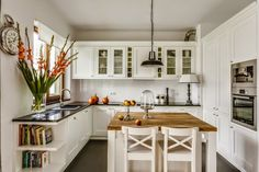 Reclaimed wood kitchen island with kitchen cabinets uae - Home Design Open Kitchen, Country Kitchen, Updated Kitchen, Rustic Kitchen, Kitchen Sink, Kitchen Island, Kitchen Cabinets, Living Room Kitchen, Kitchen Decor