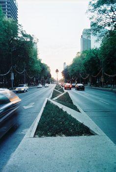 Paseo de la Reforma- đi xe mà nhìn thấy mấy cái góc nhọn chắc sợ lắm :))