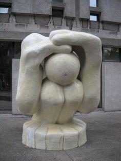 Sculpteur Pierryves Angers. Malheureux Magnifique. Coin des rues Saint-Denis et Sherbrooke. Un homme enfermé en lui-même. « À ceux qui regardent à l'intérieur d'eux-mêmes et franchissent ainsi les frontière du visible