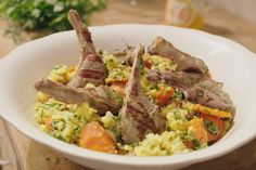 Ras el hanout betekent letterlijk 'het beste uit de winkel'. Het is een mengeling van verschillende kruiden en specerijen. Elke kruidenier heeft zijn eigen versie met een specifieke smaak. Jeroen verwerkt de kruidenmengeling in dit smakelijke gerecht met lamskoteletjes.