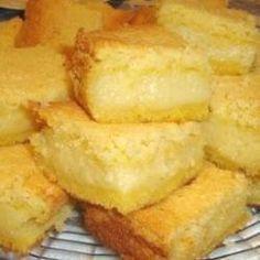 BOLO DE FUBÁ (de liqüidificador) - 1 xíc. bem cheia fubá, 2 xíc.leite, 1 lata leite condensado, a mesma medida de água, 3 ovos, 2 colheres (sopa) manteiga, 1 colher (sopa) óleo, 1 1/2 xíc. açúcar (ou menos), 100 g. queijo parmesão, 1 colher (sobremesa) fermento em pó, 1 pitada sal. COMO FAZER: Bata tudo no liquüidificador, primeiro os líqüidos depois os secos. Despeje em forma retangular untada e enfarinhada com fubá. Leve em forno pré-aquecido a 180° por 30 minutos ou até dourar.