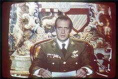 La actuación de Don Juan Carlos en el intento de Golpe de Estado perpetrado el 23 de febrero de 1981, marcó un antes y un después en la imagen que los españoles tenían del Monarca. Se ganó el respeto y la admiración con su intervención televisiva, donde ordenó la deposición de las armas y la retirada de los golpistas. La totalidad de los medios de comunicación españoles y la gran mayoría de los extranjeros ensalzaron la actitud del Rey en defensa de la democracia española. (Foto: EFE)