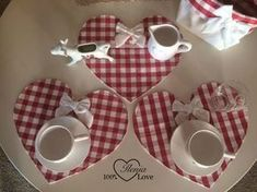 100%LOVE: Centrini a cuore Diy Arts And Crafts, Handmade Crafts, Diy Crafts, Quilting Projects, Sewing Projects, Crochet Doily Rug, Diy Y Manualidades, Valentines Mugs, Fabric Coasters