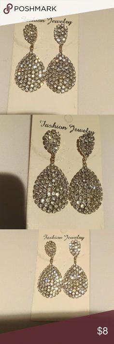 Fashion Silver Rhinestone Dangle Earrings New, never worn Rhinestone Fashion earrings. Elegant look fashion Jewelry Earrings