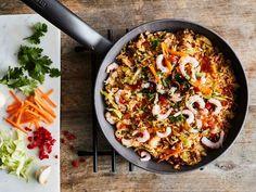 Tähderiisi saa uuden herkullisen elämän aasialaistyylisessä pannuruoassa. Voit vaihtaa reseptissä käytetyt kasvikset jääkaapin vihanneslaatikosta löytyviin. Muista vilkaista myös pakastimeen. Pesco Vegetarian, Vegetarian Cooking, Healthy Cooking, Healthy Eating, Cooking Recipes, Food N, Food And Drink, Salty Foods, Food Inspiration