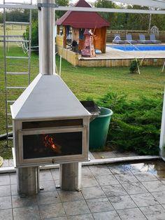 Átadtuk ügyfelünknek az egyedi készítésű rozsdamentes grillt. Beszereltük a füstcsövet is, ami szintén rozsdamentes és hőszigetelt, duplafalú. 3 db diletációs grillráccsal készült. Hamarosan körbe lesz zárva a télikert üveggel, így akár télen is lehet grillezni, bent a kellemes melegben. Volt vele elég sok munka, egy teljesen natúr 5mm-es anyagból kellett szálcsiszoltat varázsolnunk, meg kellett oldani a szigetelést, a levegő áramlását is le kellett tesztelni, nehogy visszafüstöljön. Szerencsére Outdoor Decor, Home Decor, Luxury, Decoration Home, Room Decor, Home Interior Design, Home Decoration, Interior Design