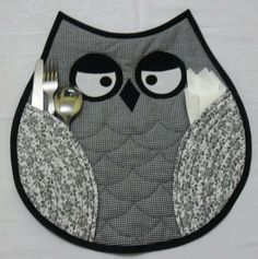 Owl placemats-(idea, no pattern) Table Runner And Placemats, Quilted Table Runners, Quilting Projects, Sewing Projects, Fabric Crafts, Sewing Crafts, Owl Sewing, Quilt Patterns, Sewing Patterns