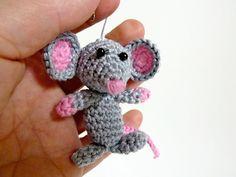 Gehaakte muis. Sleutelhanger. Grijze muis met door VosjesTinyThings