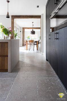 Bourgondische dallen Dordogne grijs | French limestone floorings | Kersbergen.nl Stone Kitchen Floor, Grey Kitchen Tiles, Kitchen Flooring, Limestone Flooring, Natural Stone Flooring, Earthy Kitchen, Austin Apartment, Rustic Stairs, Dordogne