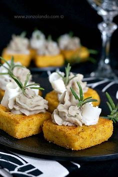Polenta crostini with lardo and beans Tapas, Finger Food Appetizers, Appetizer Recipes, Chefs, Wine Recipes, Cooking Recipes, Appetisers, Clean Eating Snacks, Street Food