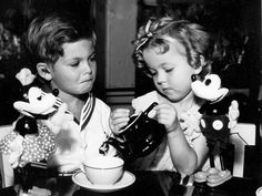 A famous Hollywood pair having a tea party with another famous Hollywood pair: Dickie Moore and Shirley Temple with Mickey and Minnie Mouse. Vintage Hollywood, Classic Hollywood, Hollywood Glamour, Hollywood Actresses, Shirly Temple, Old Movie Stars, Actrices Hollywood, Kid Movies, Bright Eyes
