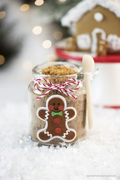 Whether you've got a birthday coming up or the holidays, these Homemade Holiday Mason Jar Gifts are so simple You can personalize it however you want. Mason Jar Christmas Gifts, Diy Holiday Gifts, Mason Jar Gifts, Easy Christmas Crafts, Mason Jar Diy, Homemade Christmas, Christmas Presents, Diy Gifts, Christmas Candy