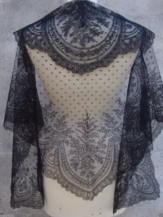 antique french hand made Chantilly lace shawl fichu mantilla encaje antigua