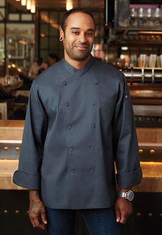 新潮質感主廚制服。使用耐久滌棉布料的〈Anguilla安圭拉行政主廚廚師服〉為長袖雙襟,人字領優雅線條搭配深灰特殊色調,帶來別出心裁的穿搭選擇。   主要特色包括:布包鈕釦、雙前襟內釦、法式袖口,以及左胸插袋。 出貨說明