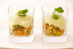 Zalmtartaar met sjalot en avocadomousse. Recept, zie www.sjalot.nl