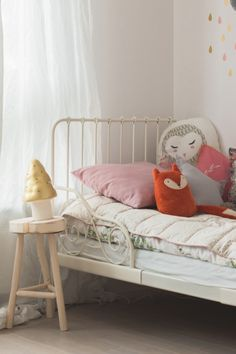Appreciating this dreamy little corner of a child's room. Pastelowe migawki #estella #kids #decor