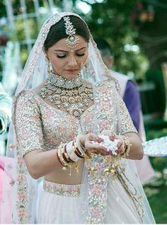 Trending Maang Tikka Designs worn by Real Brides (All Kinds & Sizes) Maang Tikka Design, Tikka Designs, Bollywood Stars, Bollywood Fashion, Bridal Looks, Bridal Style, Bridal Outfits, Bridal Dresses, Indian Bridal Fashion