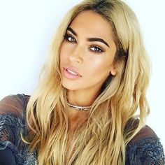 Loving the golden highlight of this look. The Aqua Foundation Illuminator in Sheer Beige was used for this look. Beyonce Hair Color, Beyonce Blonde, Feathered Hairstyles, Cool Hairstyles, Curly Hair Styles, Natural Hair Styles, Hello Hair, Corte Y Color, Hair Color And Cut