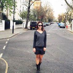 A editora de beleza da @voguebrasil, Vic Ceridono (aka @diadebeaute) combinou o tricot cinza chumbo de mangas de leather touch ao shorts também de leather touch!  #vicceridono #diadebeaute #shoulderfashion