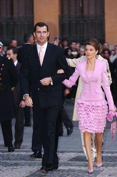 LAS 10 BODAS DE LETIZIA | El Armario de Letizia: En la boda de Fernando Gómez Acebo con Mónica Martín Luque la Princesa vistió un traje de Felipe Varela formado por una chaqueta de seda rosa chicle, falda rosa con volantes y cuerpo de encaje combinado con un bolso también rosa con cristales de Swarovski.