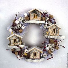 Креативный новогодний венок из домиков, засушенных цветов и ягод.