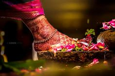 9 Anklet Designs To Step Into Married Life In Style! Mehndi, Henna, Mehendi Photography, Wedding Couple Poses Photography, Wedding Photography Poses, Bridal Poses, Bridal Photoshoot, Bridal Portraits, Indian Wedding Photos