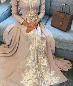 Fashion Arabic Style   Illustration   Description   caftan pour hijab beige et doré     – Read More –