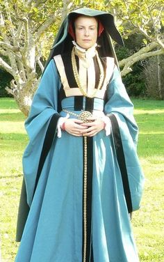 """Woolen middle class gown from Cleves in the She is wearing a """"heuke / hoik"""": a cloak with a massive collar which is worn over the head. Elizabethan Costume, Renaissance Costume, Medieval Costume, Renaissance Fashion, Renaissance Clothing, Medieval Dress, Renaissance Fair, Tudor Fashion, Modern Fashion"""