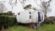 Véritable unité d'habitation imaginée par l'architecte Jean-Benjamin Maneval, la Bulle à 6 coques peut être installée sur des terrains très accidentés.