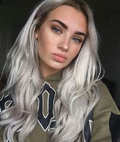 Recommendations for awesome looking women's hair. An individual's hair is without a doubt exactly what can define you as an individual. To most people today it is undoubtedly important to have a decent hairstyle. Hair and beauty. Silver Blonde Hair, Platinum Blonde Hair, Gray Hair, Silver Hair Girl, Grey Hair Pieces, Pelo Color Gris, Bleached Hair, Grunge Hair, Hair Highlights