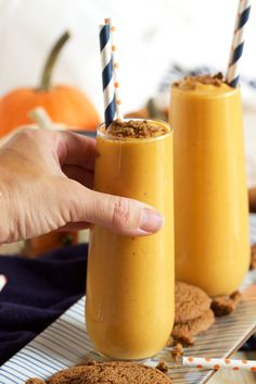 Ready in under 1 minute, this simple Pumpkin Pie Smoothie recipe tastes just like pumpkin pie but without the guilt. Makes a great breakfast or snack! | @suburbansoapbox