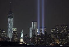 """Comme chaque année depuis 2002, l'installation """"Tribute in Light"""" commémore les attentats du 11 septembre 2001 à New York (Etats-Unis), le 10 septembre 2013"""