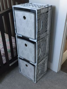 Milk crate storage: spray paint milk crates with desired color. I used dark gray… Stockage des caisses de lait: vaporisez … Baby Storage, Craft Storage, Storage Baskets, Shoe Storage, Paint Storage, Storage Hacks, Milk Crate Furniture, Diy Furniture, Diy Organizer