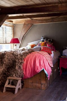 Combine different tartans and plaid for a warm cosy bedroom! New interior trend Tartan Twist - http://www.woonmodetrend...