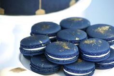 Black Gold Wedding Navy blue macarons with gold sugar on top. Macarons, Blue Macaroons, French Macaroons, Gold Dessert, Dessert Buffet, Dessert Bars, Navy Blue And Gold Wedding, Navy Gold, Black Gold