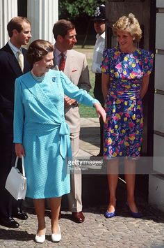 Queen Elizabeth II With Her Sons, Prince Edward And Prince Charles, And Princess Diana Outside Clarence House In London. Prince Charles, Charles And Diana, Prince Phillip, Prince Edward, Clarence House, Diana Fashion, Estilo Real, Elisabeth, Royal Families